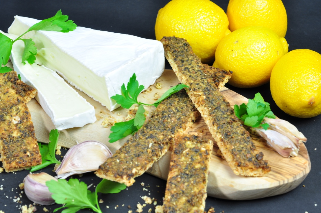 Glutenfree_crackers_with_pesto